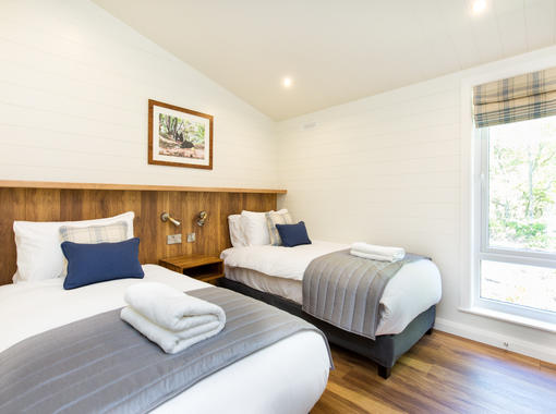 Twin bedroom with crisp white bedding