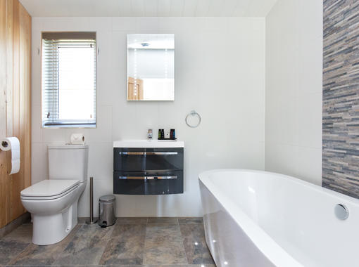 Freestanding bath with feature tiled background